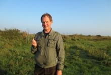 Latvijas Dabas fonda eksperts O.Keišs ar grīšļu ķauķi